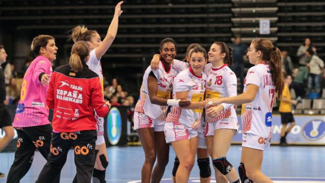 Las jugadoras españolas celebran suvictoria sobre Eslovenia en el...