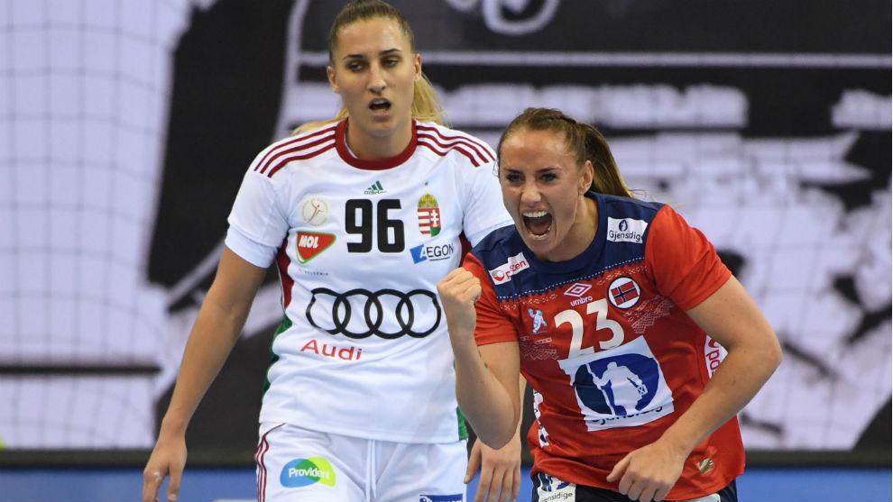 La extremo noruega, Camila Herren, tras conseguir un gol ante...