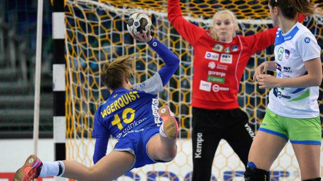 La pivote sueca Anna Lagerquist lanza sobre la portería eslovena.