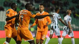 Los jugadores del Oporto celebran uno de sus goles al Vitoria...