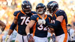 Andy Janovich celebra la anotacion con Broncos.