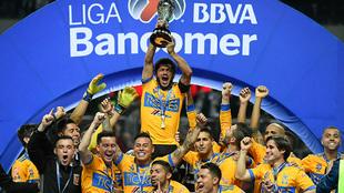 Damián Álvarez levanta el trofeo de campeón del Apertura 2017.