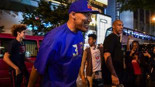 LaVar Ball junto a su hijo LaMelo en un evento en Hong Kong
