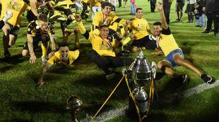 Los jugadores de Peñarol celebrando el título