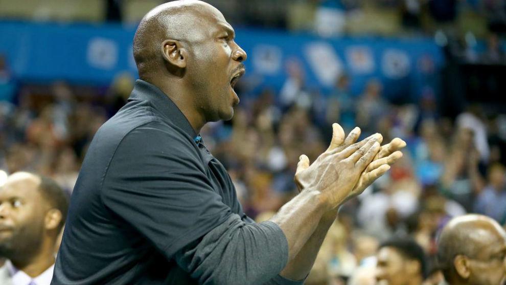 Michael Jordan anima a los Charlotte Hornets durante un partido