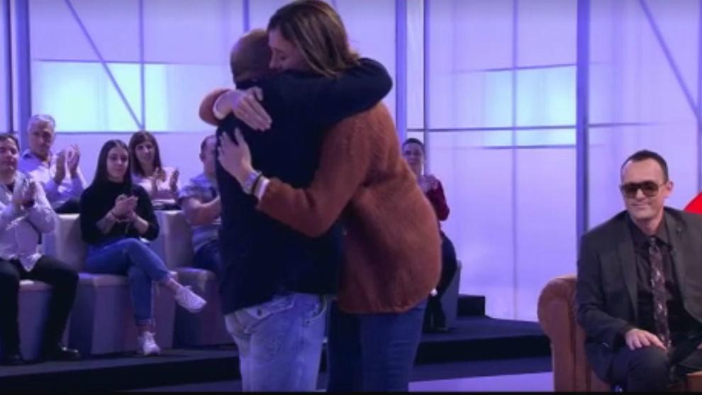 Juanito y Edurne, abrazados, ante la mirada de Risto Mejide.