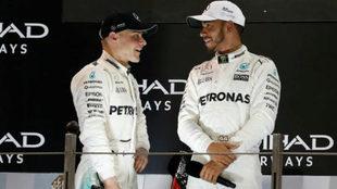 Valtteri Bottas y Lewis Hamilton, en el podio de Abu Dabi