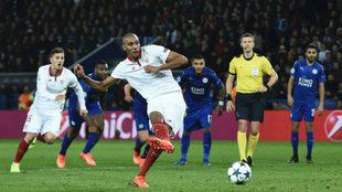 N'Zonzi lanza un penalti en el estadio del Leicester.