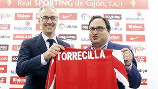 Miguel Torrecilla posa con Javier Fernández  durante su presentación...