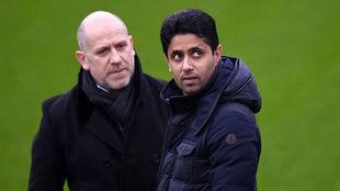 Al Khelaifi, junto al director deportivo del PSG Antero Henrique en un...