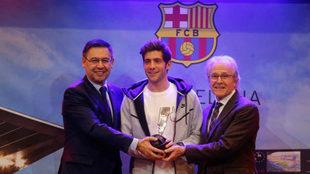 Sergi Roberto recibe el premio al juego limpio de manos de Josep Maria...