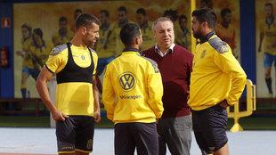 Miguel Ángel Ramírez charla con los capitanes de la UD Las Palmas.