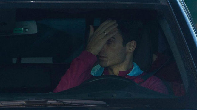 Mikel Arteta covers his face.