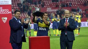 Tévez levanta el trofeo en el Sánchez-Pizjuán.