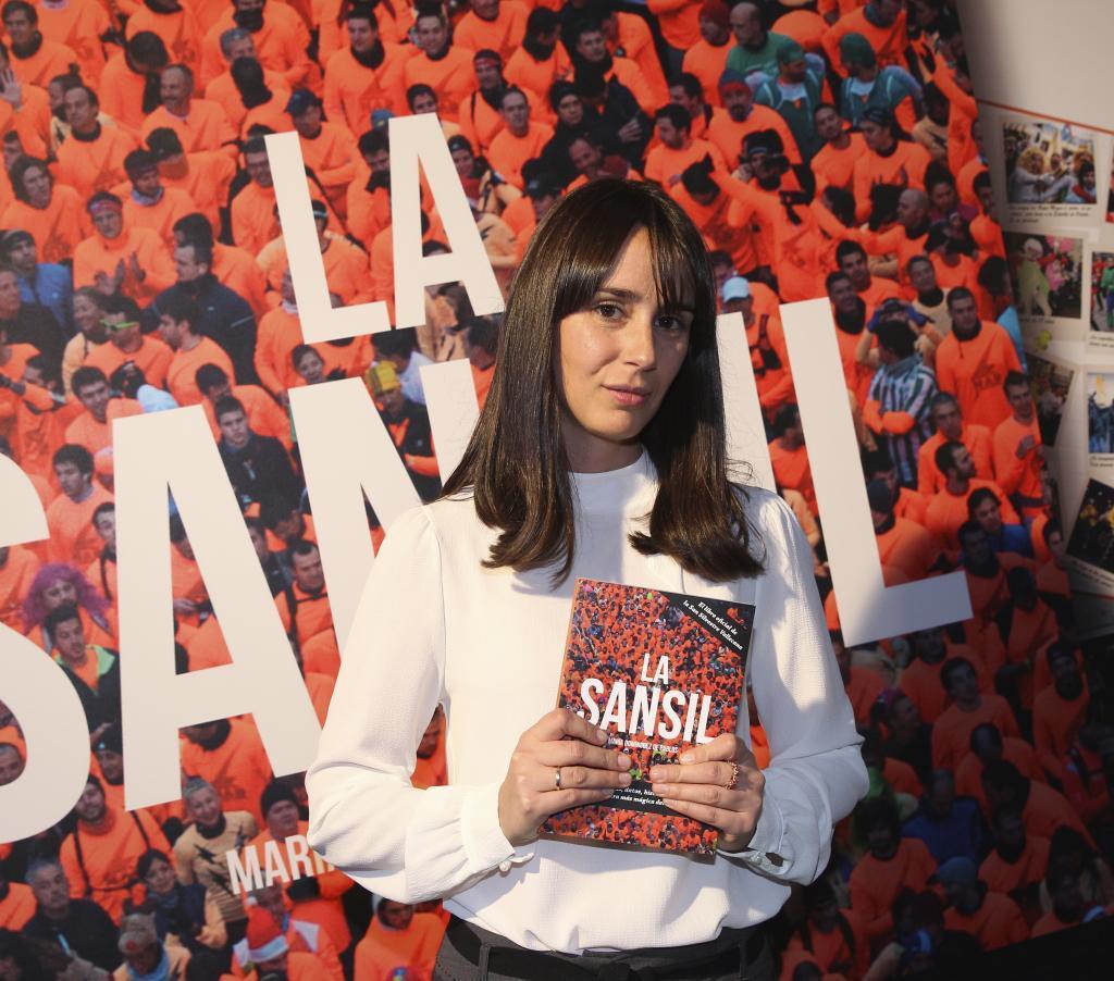 María Domínguez con su libro 'La Sansil'.