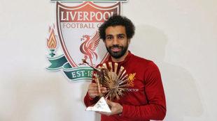 Mohamed Salah posa con el premio.