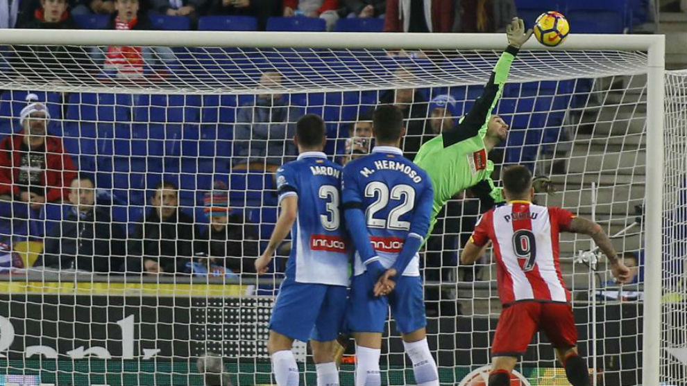 Pau López detiene de forma espectacular el balón.