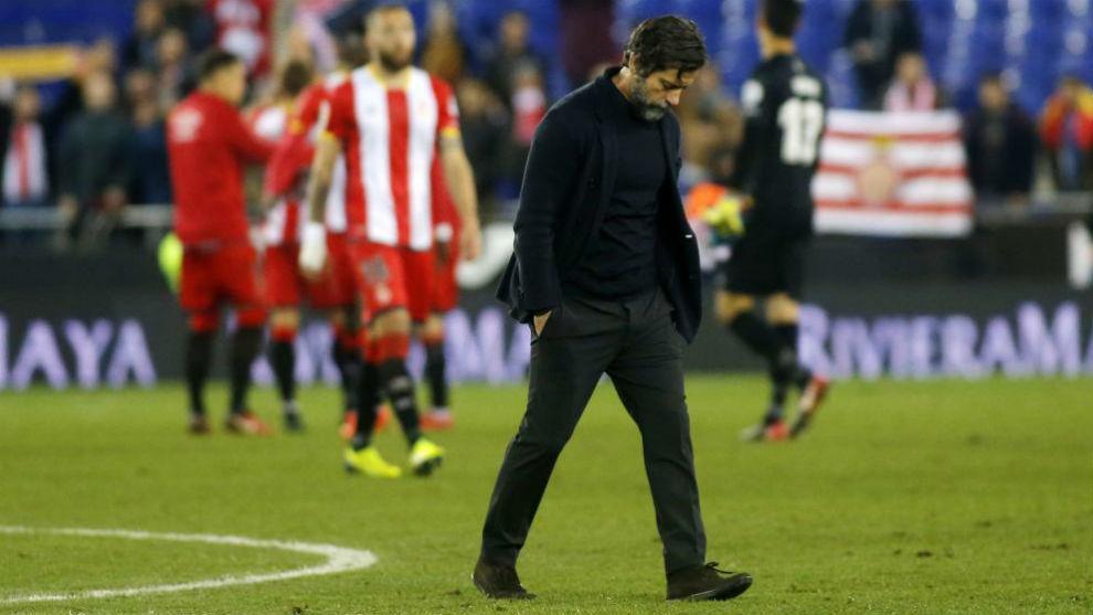 Quique Sánchez Flores, cabizbajo después de la derrota.