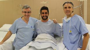 Markel Bergara posa junto a los doctores Manuel Leyes y Eulogio...