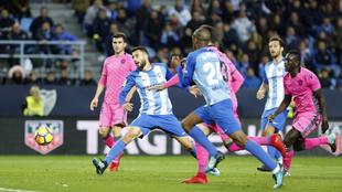 Borja Bastón patea en un partido entre el Málaga y el Levante