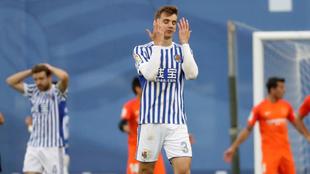 Diego Llorente se lamenta después de fallar una ocasión de gol ante...