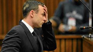 Oscar Pistorius durante el juicio por el asesinato de su novia en...