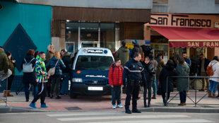 La Policía, en el portal del piso en el que ocurrieron los hechos