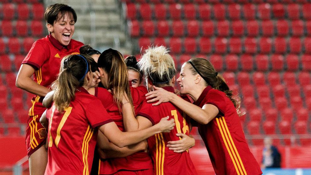 Las jugadoras de la selección española celebran un gol en Son Moix.