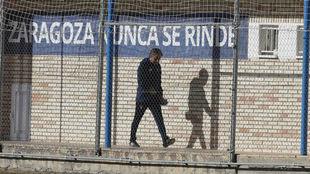 Natxo González sale de su vestuario para dirigir la sesión de ayer.