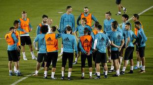 El Madrid reunido antes de comenzar un entrenamiento en Abu Dabi