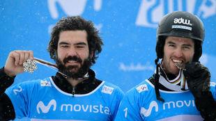 Regino Hernández y Lucas Eguibar celebran su medalla por equipos en...