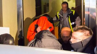 Los tres acusados saliendo de comisaría