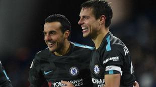 Pedro y Azpilicueta celebran el tanto del delantero.
