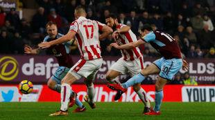 Ashley Barnes anota el gol del triunfo ante el Stoke.