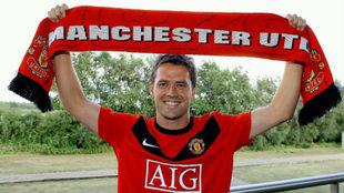 Owen posa con la camiseta y bufanda del United.