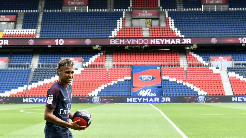 Neymar posa con el Parque de los Príncipes de fondo durante su...