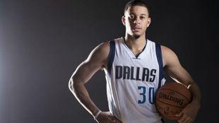 Seth Curry posa con su equipación de los Dallas Mavericks en la...