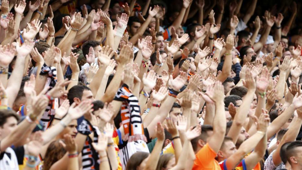Aficionados en un partido del Valencia en Mestalla.