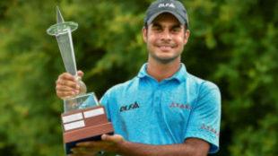 Shubankar Sharma posa con el trofeo de ganador.