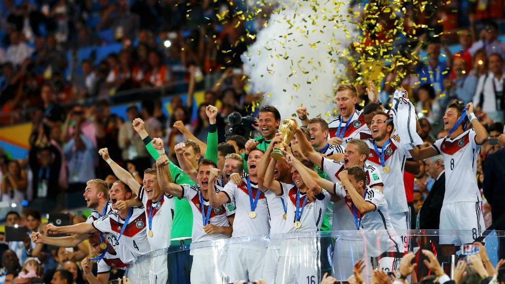 Los jugadores de Alemania alzan al cielo de Río de Janeiro el Mundial...