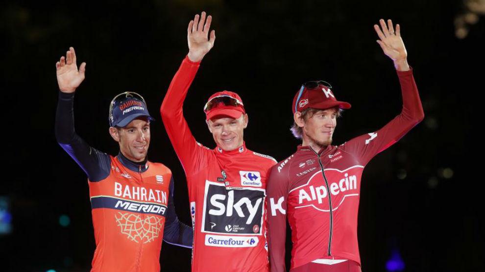 Vincenzo Nibali, a la izquierda, junto Chris Froome en el podio de la...