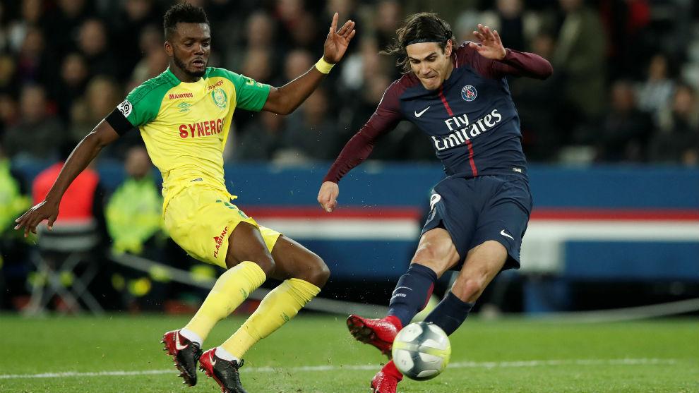 Edinson Cavani marca frente al Nantes.