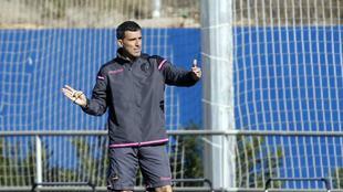 Muñiz, durante un entrenamiento del Levante en Buñol.