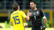 Buffon saluda a Svensson tras la eliminación de Italia ante Suecia.