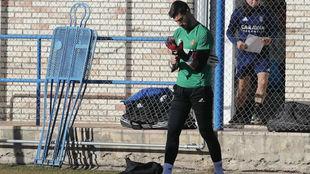Álvaro Ratón se pone los guantes en un entrenamiento.