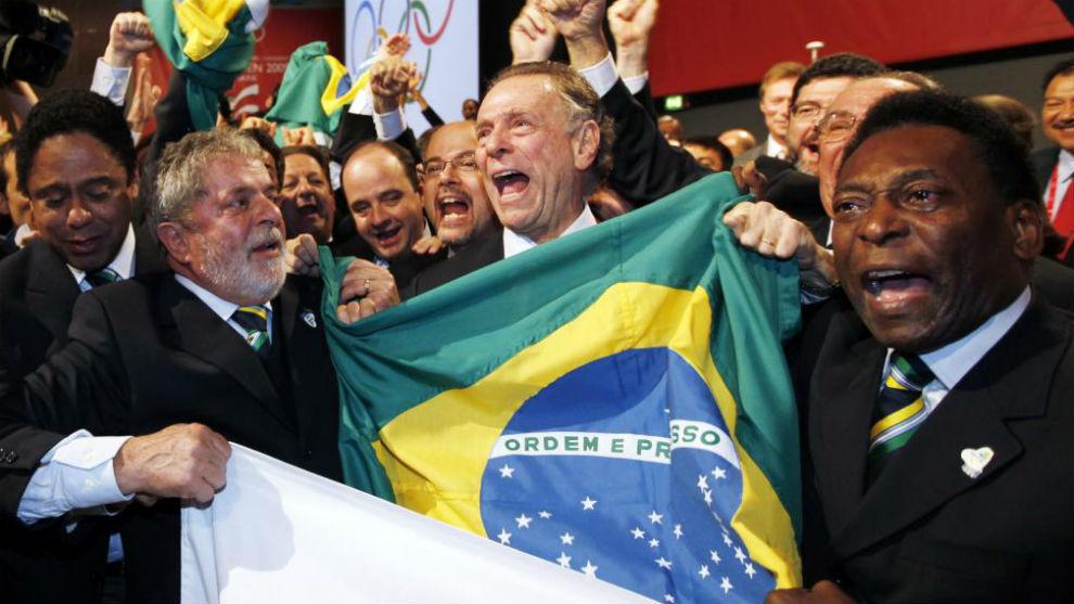La delegación brasileño, liderada por Lula da Silva, celebra la...