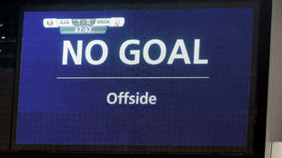 Imagen del video marcador anunciando la anulación del gol del Al...
