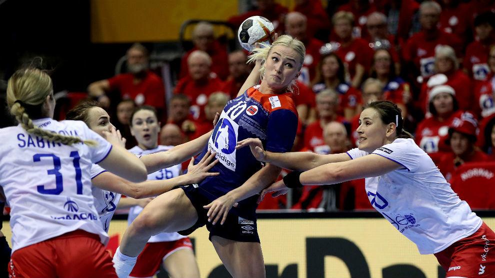La noruega Oftedal se interna entre dos defensoras rusas.