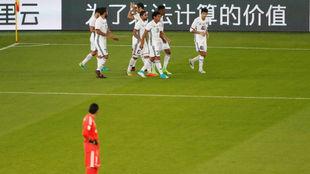 Navas observa a los jugadores de Al Jazira celebrar su gol