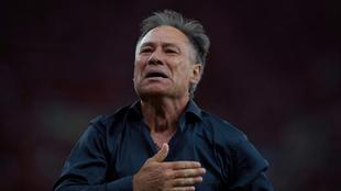 Holan, celebra la victoria de Independiente en la final de la Copa...
